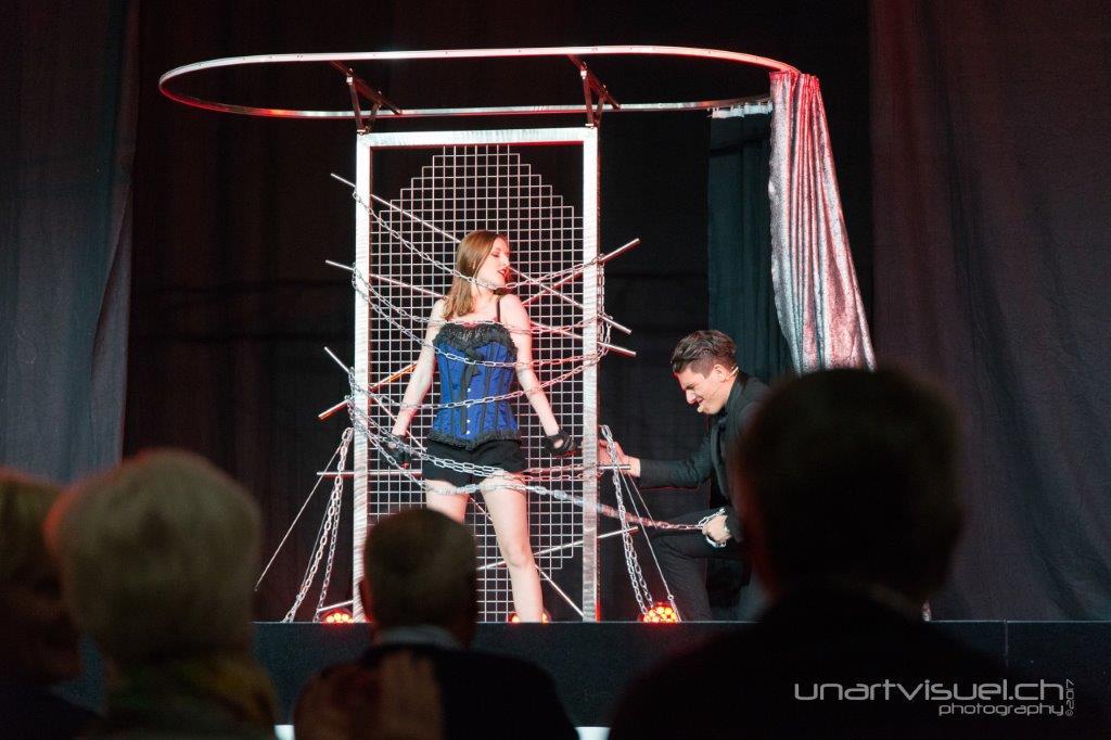 Grandes illusions spectacle magicien suisse - Explication tour de magie femme coupee en deux ...