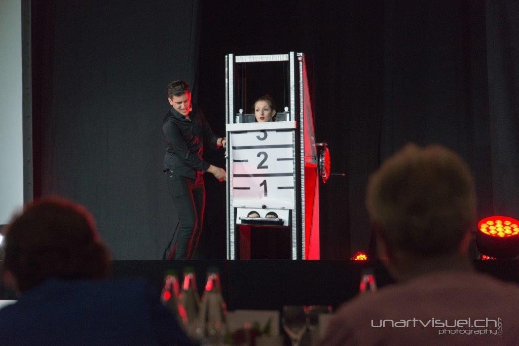 Grandes illusions spectacle magicien suisse - Tour de magie la femme coupee en deux ...